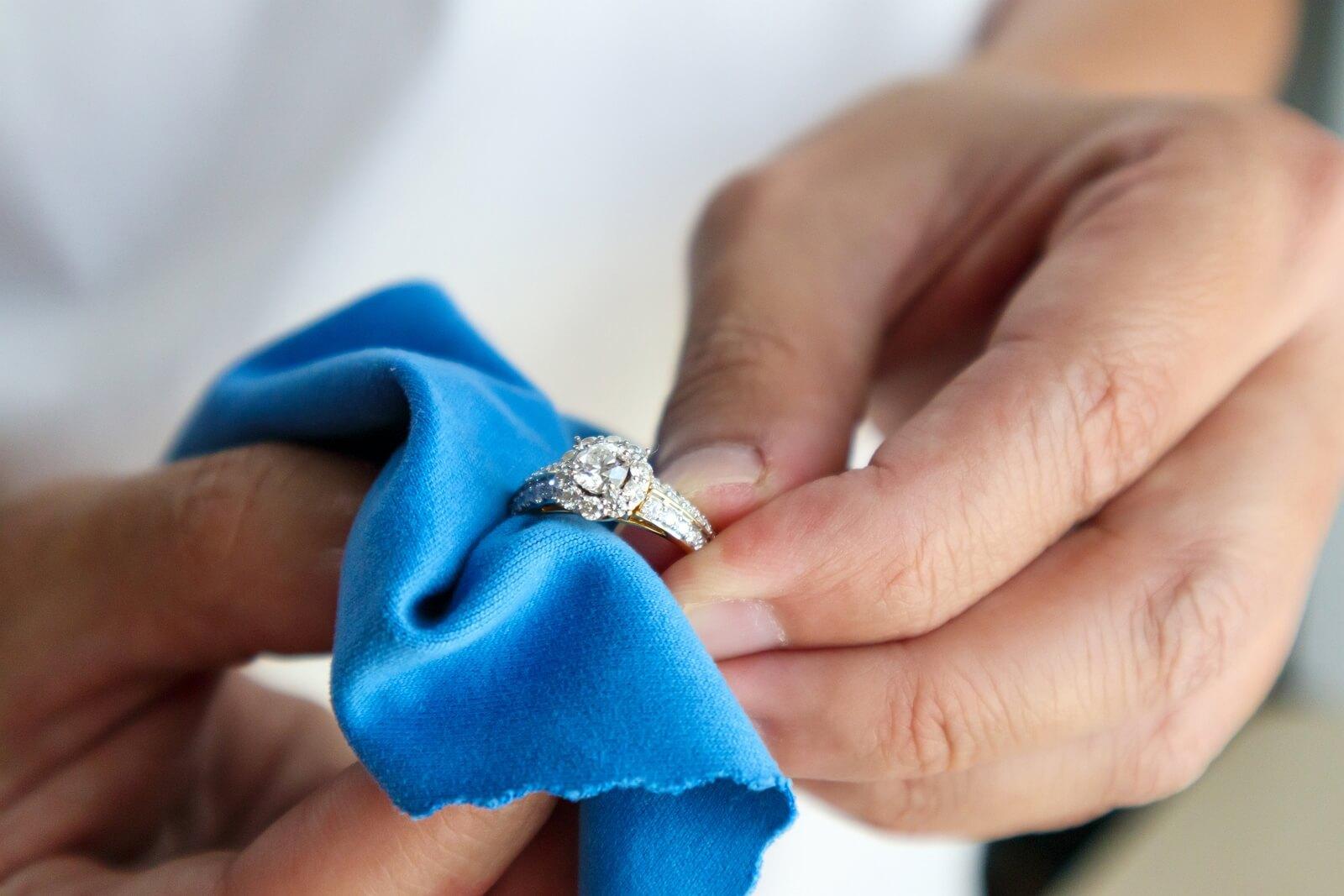 Złoty pierścionek z brylantem można wyczyścić za pomocą specjalnej szmatki z mikrofibry