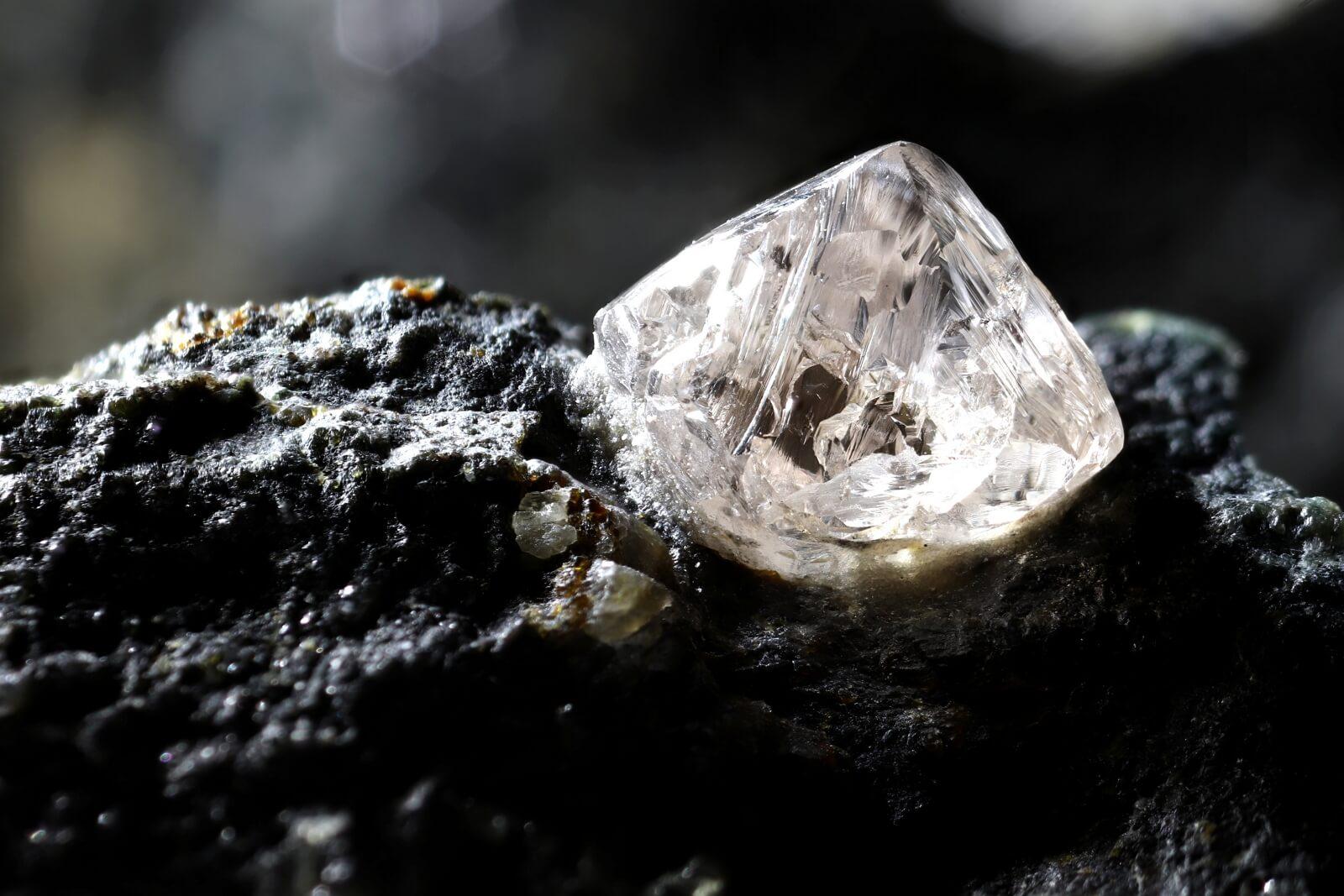 Naturalny diament osadzony w kimberlicie
