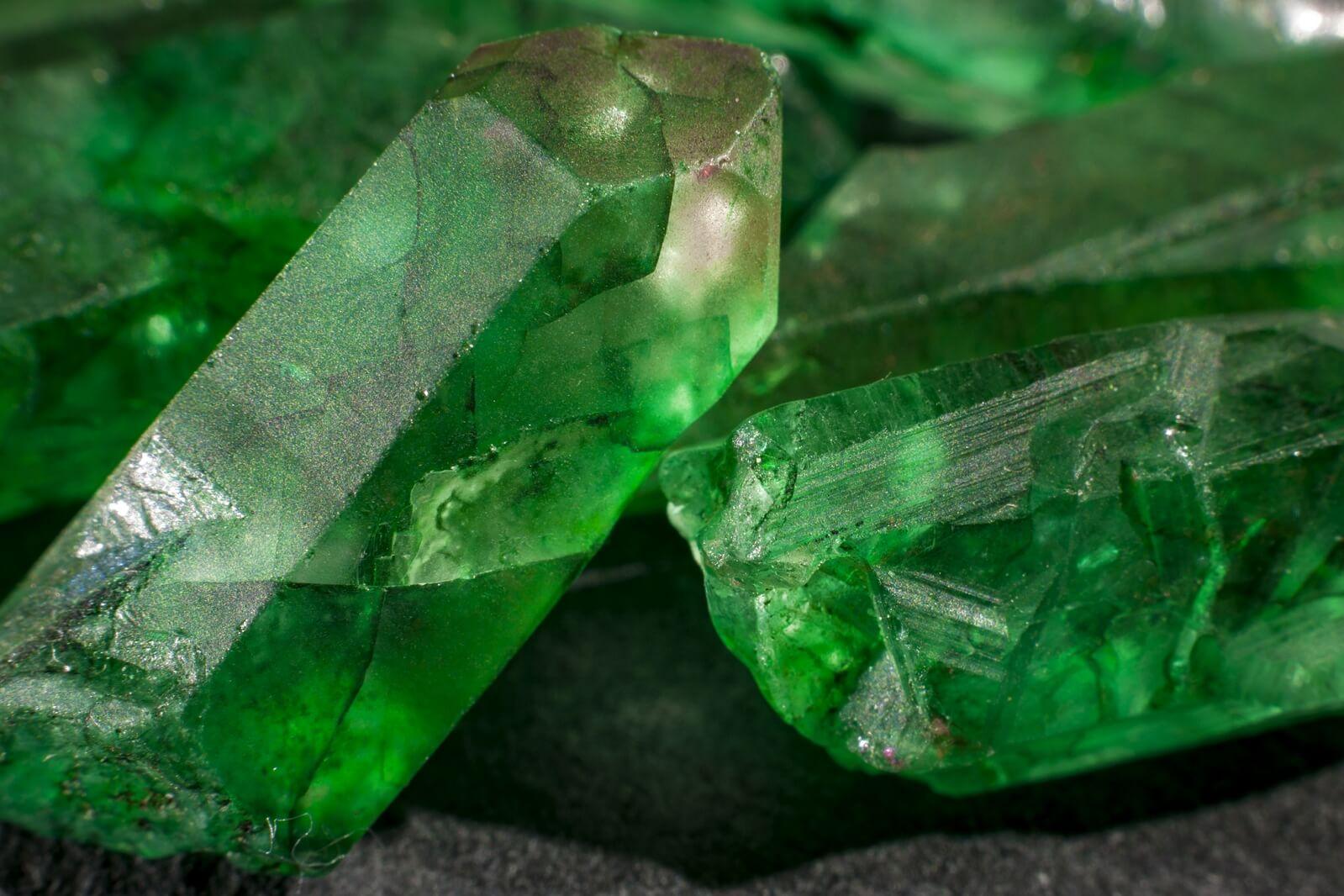 Zielone kryształy nieoszlifowanych szmaragdów